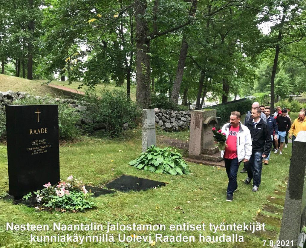 Kunniakäynti Uolevi Raaden haudalla 20210805