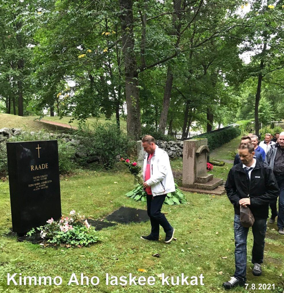 Uolevi raaden muistoa kunnioittaen Kimmo Aho laskee kukat 20210807